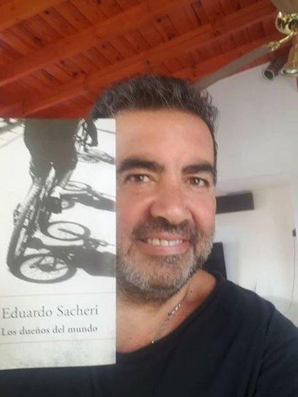 En el tiempo que ahora tiene libre aprovecha, entre otras cosas, para leer. En esta imagen junto a un libro de uno de sus autores preferidos, Eduardo Sacheri (Foto: Instagram)