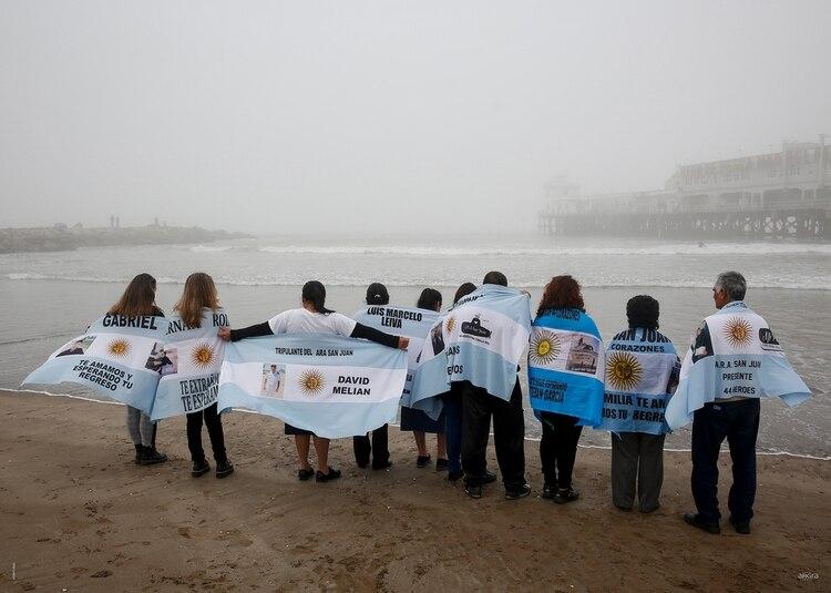 Los familiares de los tripulantes del submarino desaparecido reclamaron respuestas en medio de dolor