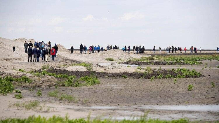 Visitantes recorren una de las cinco islas (AFP)
