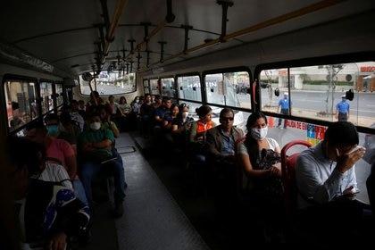 Hay menos riesgo de transmisión para las personas que estaban sentadas cerca de ventanas y puertas que podían abrirse