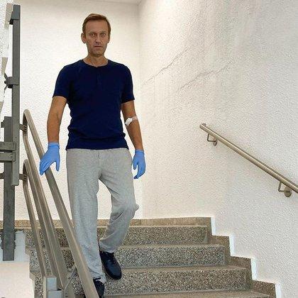 Navalny, bajando unas escaleras por su propio pie, cinco días después salir del coma (EFE/Navalny Instagram)