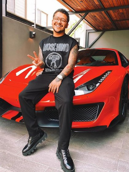 Christian Nodal posó con su Ferrari (IG: nodal)