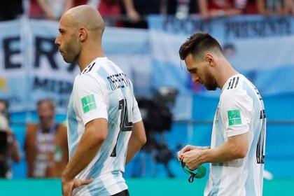 Javier Mascherano y Lionel Messi luego de la derrota y eliminación ante Francia por los octavos de final del Mundial de Rusia 2018 (REUTERS/Carlos Garcia Rawlins)