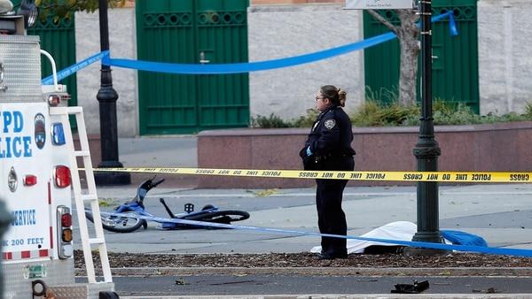 Unas de las víctimas fatales del atentado en Nueva York tendida en el piso tras el ataque