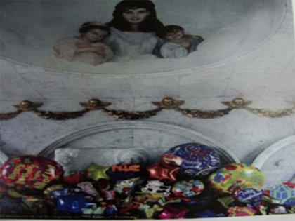 Guadalupe Lejía con sus dos hijos, en el mausoleo que construyó su esposo en el cementerio (Foto: archivo)