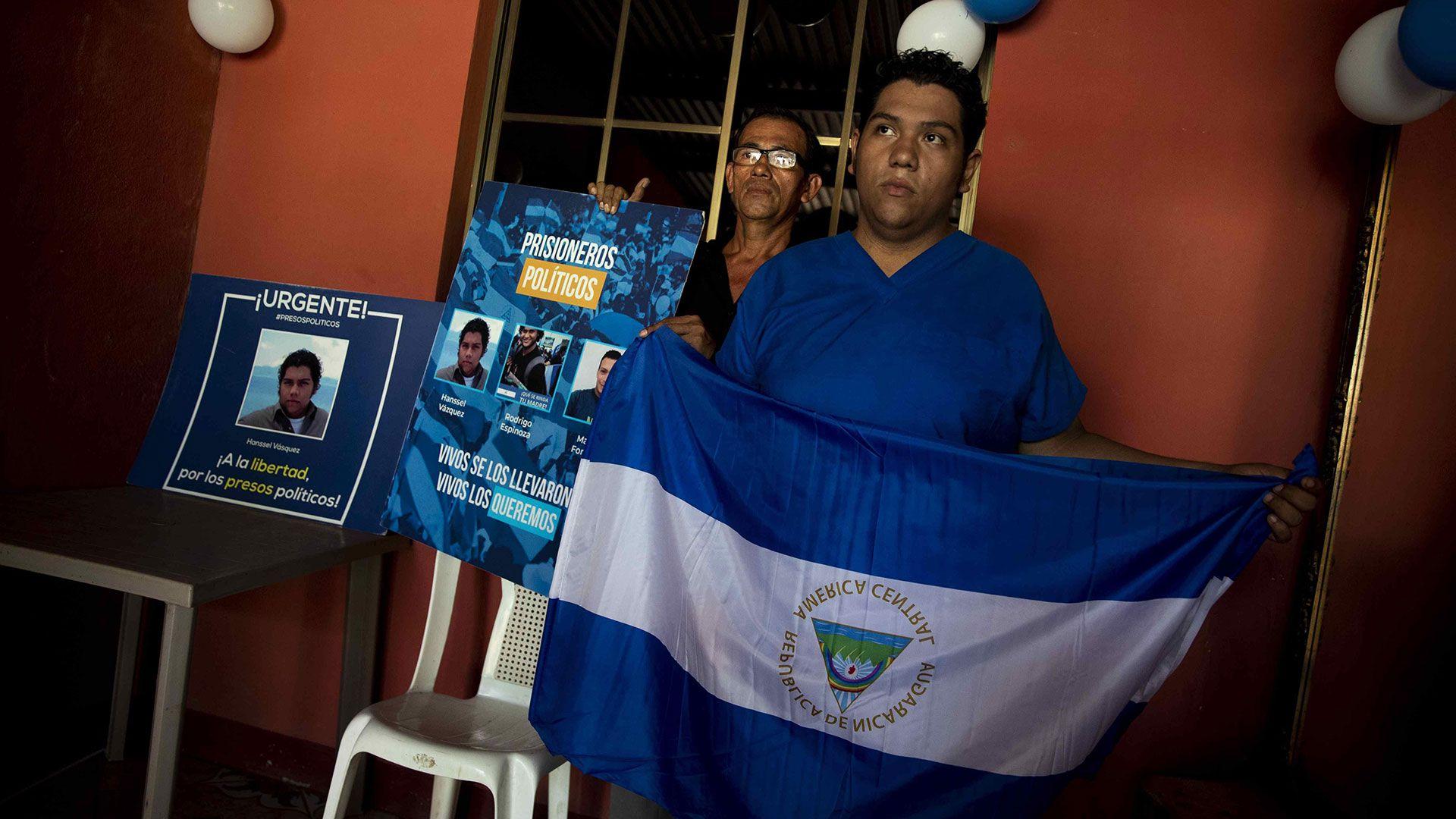 El preso político Hansell Vásquez posa tras ser liberado y llevado a casa (EFE/ Jorge Torres)