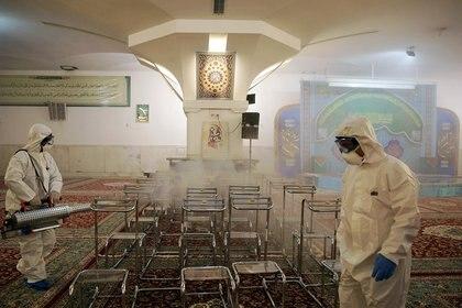 Desinfección en la mezquita del santuario del Iman Reza, en Mashhad. WANA (West Asia News Agency) via REUTERS.