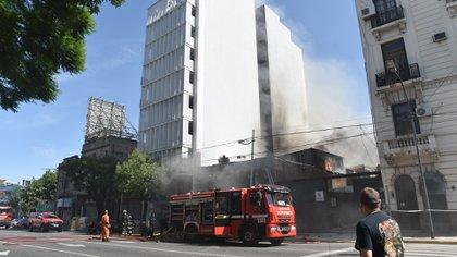 Las llamas provocaron que el edificio lindante deba ser evacuado