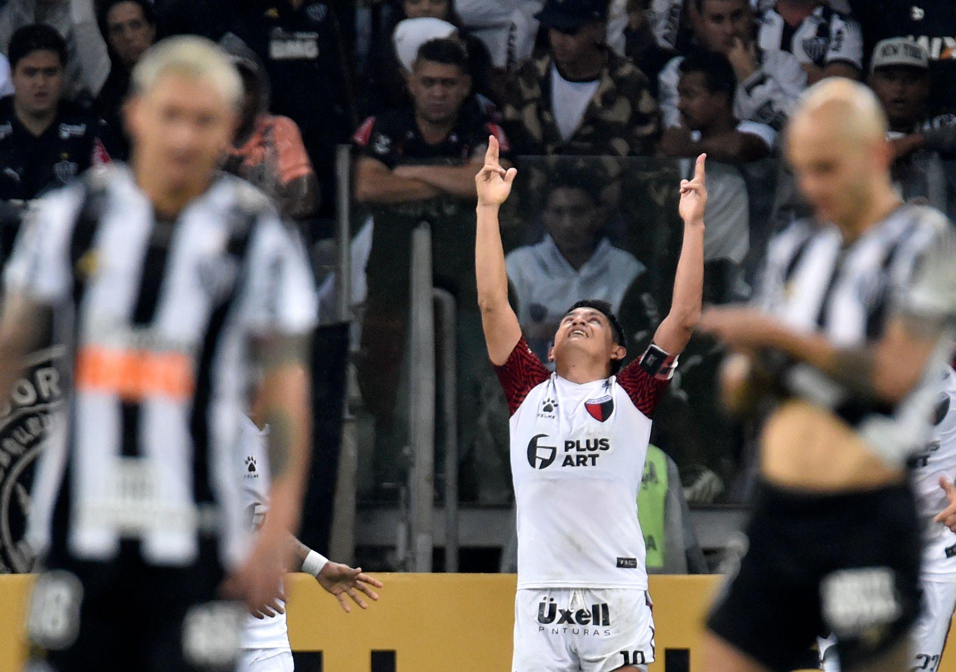 El Pulga Rodríguez celebra señalando con sus dedos al cielo, dedicándole el gol a su padre