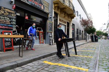 Los bares colocan mesas sobre la calle, que serán peatonal desde mañana