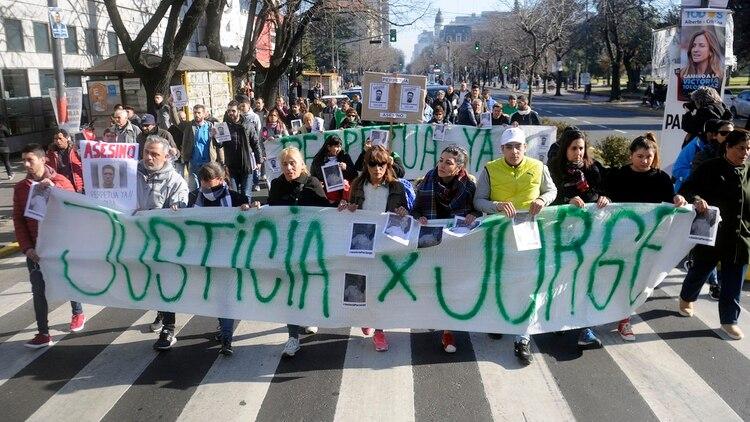 La familia de Gómez realizó una marcha para pedir justicia por el taxista (Dino Calvo)