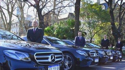 Conductores de Universal junto a la flota alta gama de Mercedes Benz.