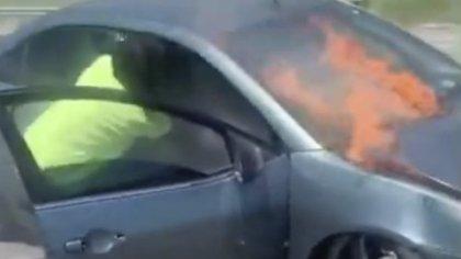 A pesar de que había fuego, Morgan se arriesgó a entrar por el joven (Foto: Captura de pantalla)