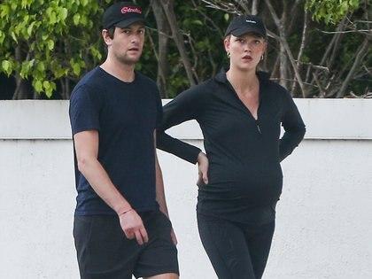 Karlie Kloss y su marido, Joshua Kushner, salieron a caminar por las calles de Miami. La modelo de 28 años, que está embarazada esperando su primer hijo, lució un conjunto deportivo negro y, al igual que su pareja, llevó una gorra con el objetivo de intentar pasar desapercibidos