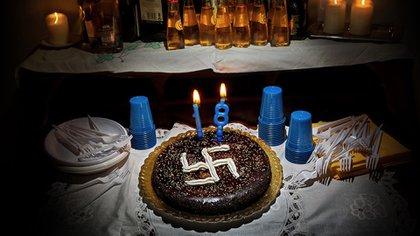 Festejo de cumpleaños de un chico reclutado por un grupo neonazi.