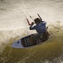 Una foto tomada el 10 de octubre de 2019 muestra a un kitesurfista surfeando olas en la playa de Dakhla en el Sáhara Occidental administrado por Marruecos. En el corazón del disputado Sahara Occidental, una antigua ciudad de guarnición se ha convertido en un imán turístico poco probable después de que los kitesurfistas descubrieron que la costa desértica azotada por el viento en el Atlántico es perfecta para su deporte. (AFP)