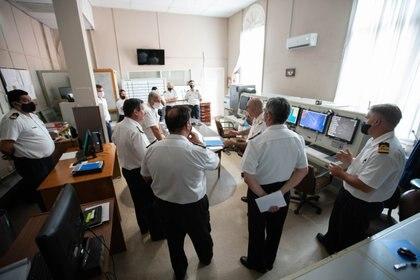 Infobae recibido en la Central de Operaciones por el Comandante de la Flota de Mar, el Jefe del Estado Mayor del COOA, el Jefe del SIAG  y el personal operativo