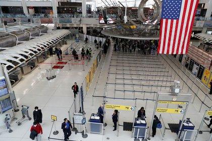 FOTO DE ARCHIVO: Pasajeros en la Terminal 1 en el Aeropuerto Internacional JFK de Nueva York, EEUU, el 13 de marzo de 2020. REUTERS/Shannon Stapleton