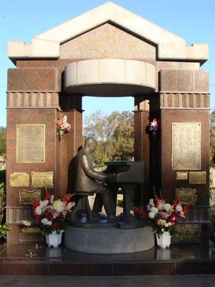 En 1996 fue inaugurado el Monumento a Osvaldo Pugliese en la Chacarita. Desde hace 15 días hurtan sus placas