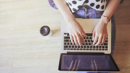 La web ofrece opciones para consolidar conceptos deeducación, economía y ciencia, entre otros contenidos (IStock)