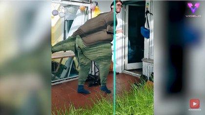 """25/11/2020 Este hombre """"se transforma"""" en dinosaurio utilizando el popular filtro del escaneo de TikTok. MADRID, 25 nov. (EDIZIONES) El filtro del escaneo 'Time Warp' de TikTok, tan popular en los �ltimos meses, ha hecho que personas de todo el mundo se hayan vuelto de lo m�s creativas. POLITICA YOUTUBE/VIDELO"""