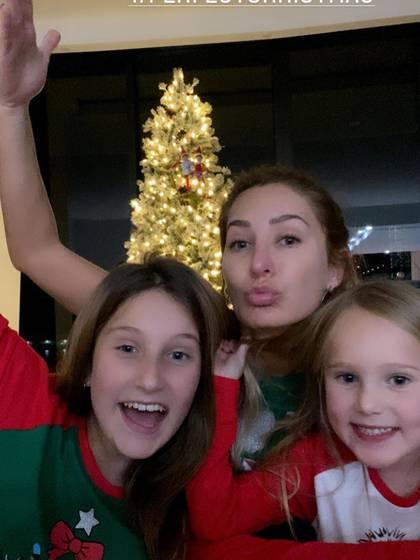 Geraldine en compañía de sus hijas (IG: geraldinebazan)
