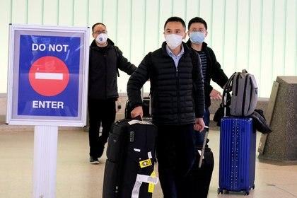FILE PHOTO: Pasajeros procedentes de Shanghai arriban al aeropuerto de Los Ángeles. REUTERS/Ringo Chiu/File Photo