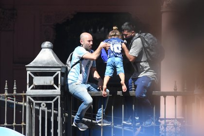 Bestial: dos hombres trepan la reja de la Rosada y arriesgan a una nena para entrar y acercarse al féretro de Diego (Maximiliano Luna)