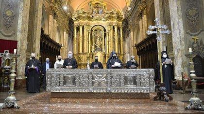 En el interior de la Catedral, que debido a las normas de seguridad e higiene por el COVID-19 sólo permitió el ingreso de 20 personas, el Cardenal Mario Aurelio Poli (al centro a izquierda) y el Arzobispo de la Comunidad Armenia en Argentina y Chile, Kissag Mouradian (al centro a la derecha) pronunciaron algunas palabras.