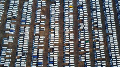 Vista aérea de los automóviles nuevos en un aparcamiento de la ciudad de Shenyang, en la provincia de Liaoning, al noreste de China (Photo by Shutterstock)