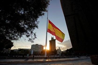La bandera española ondea a media asta en Madrid durante los diez días de duelo nacional decretados para honrar la memoria de los muertos por coronavirus. (REUTERS)