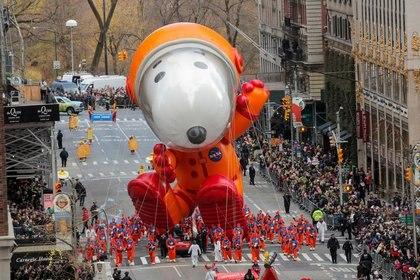 Foto de archivo de un globo de Snoopy astronauta en el tradicional desfile de Acción de Gracias de Macy's en 2019.  Nov 28, 2019. REUTERS/Brendan Mcdermid
