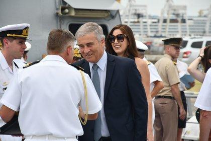 Oscar Aguad es recibido a bordo. Durante su gestión se firmó el contrato de construcción de las modernas naves