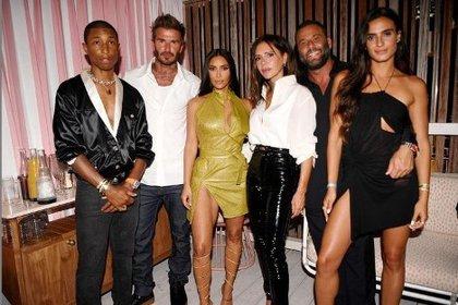 Pharrell Williams mit David Beckham, Kim Kardashian, Victoria Beckham, Dave Grootman und Isabella Grotman (Foto: Instagramthegoodtimehotel)