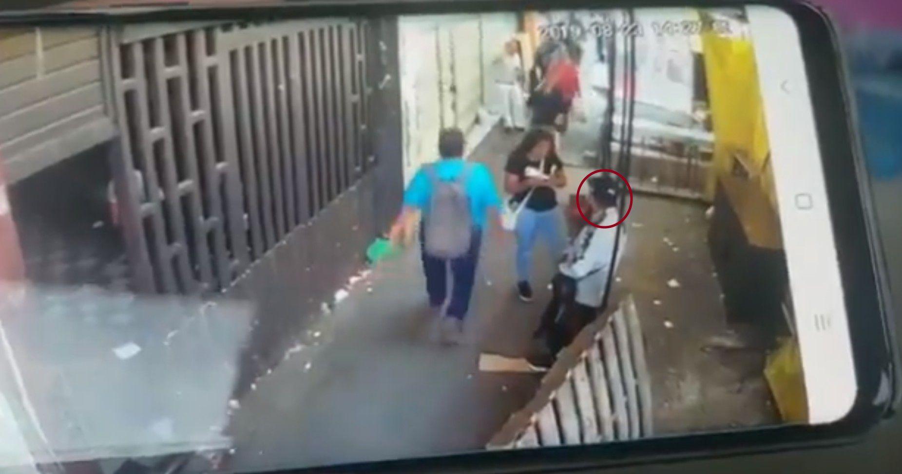 La víctima se encontraba al lado de una mujer y un puesto al momento de ser abatido por sujetos armados (Foto: Especial)