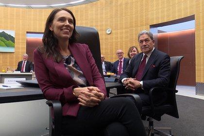 La primera ministra de Nueza Zelanda, Jacinda Ardern (c) posa durante una reunión de su Gobierno. EFE/EPA/DANIEL HICKS/Archivo