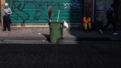 CIUDAD DE MÉXICO, 21MAYO2018.- Trabajadores de limpieza recorren las calles de la ciudad desde tempranas horas para barrer y recoger la basura de la capital. FOTO: TERCERO DÍAZ  /CUARTOSCURO.COM