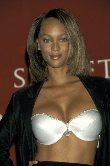 """1997: Tyra Banks fue la primera mujer afroamericana que se calzó por primera vez el fantasy bra. Lo llamaron el """"Diamond Dream Bra"""". Este soutien está realizado con 93 perlas naturales y 100 diamantes alrededor del borde de la taza. En el centro, el dije elegido es un diamante partido junto a 42 pequeñas perlas. Su valor: USD 3.000.000"""