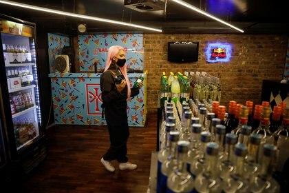 La drag queen Shamcey La Vie se reinventó en la atención al cliente de la tienda de comestibles en la que se convirtió el club LGBTQ Downtown/ValeTodo de Lima. (REUTERS/Sebastian Castaneda)