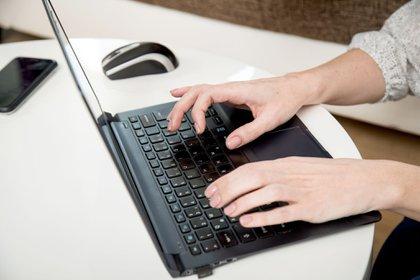 ILUSTRACIÓN - Para el teletrabajo es preferible utilizar sólo el ordenador del empleo y usando los accesos autorizados. Foto: Christin Klose/dpa