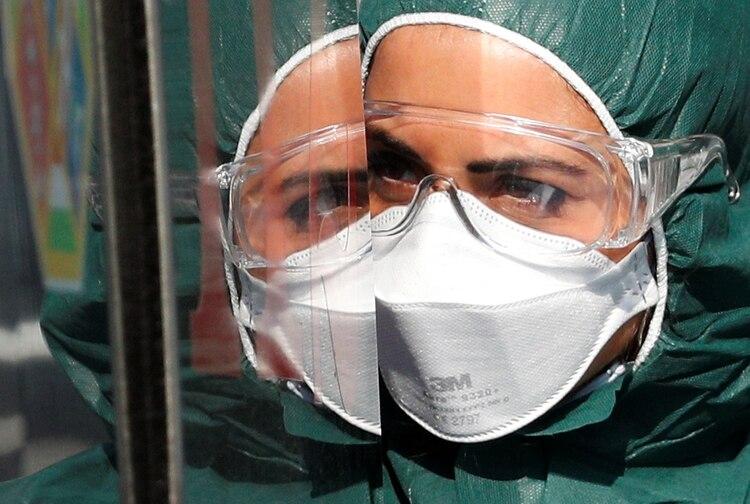 Un trabajador médico llega al hospital Policlínico Tor Vergata, donde los pacientes que sufren de COVID-19 están siendo tratados, en Roma, Italia, el 6 de abril de 2020. (REUTERS/Guglielmo Mangiapane)