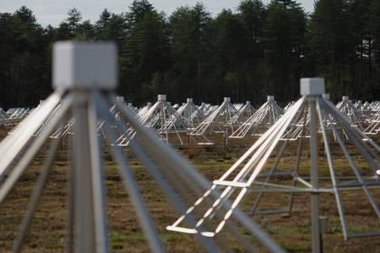 Las antenas se encuentran en la estación radio astronómica de Nançay (Photo by GUILLAUME SOUVANT / AFP)