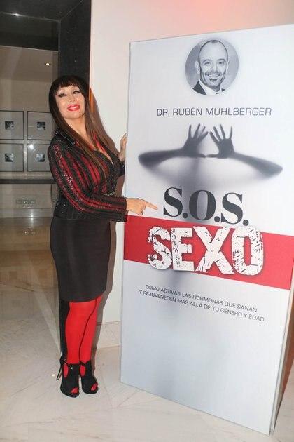 """El esteticista atendía a muchas personalidades del mundo del espectáculo. En esta imagen, Moria Casán, durante la presentación del libro de Mühlberger """"S.O.S. Sexo"""" (Foto: Verónica Guerman / Teleshow)"""