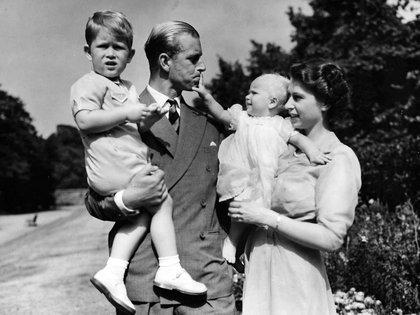 Agosto de 1951. Isabel con Felipe de Edimburgo junto a sus hijos, el príncipe Carlos y la princesa Anna en Clarence House