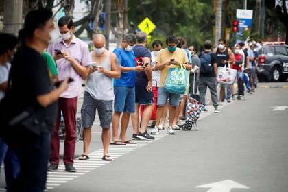 Imagen de archivo de hombres haciendo una fila para comprar en una tienda después de que el Gobierno peruano decidió alternar los días para que hombres y mujeres salgan a la calle en medio de su combate al brote de coronavirus en el país, en Lima, Perú, Abril 3, 2020. REUTERS/Sebastian Castañeda. NO REVENTA. NO ARCHIVOS
