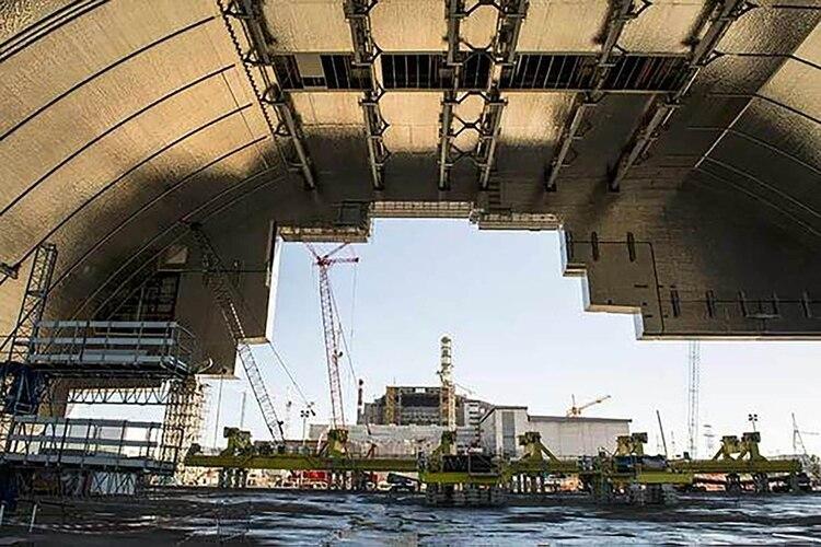 El Nuevo Sarcófago Seguro, el arco gigante que ahora contiene el Reactor 4, tardó nueve años en construirse y fue construido para evitar que el reactor en descomposición contaminara aún más el medio ambiente.