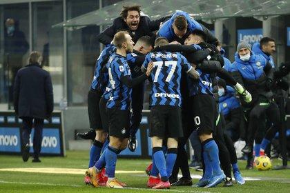 Antonio Conte festeja con los jugadores del Inter como uno más (Foto: REUTERS)