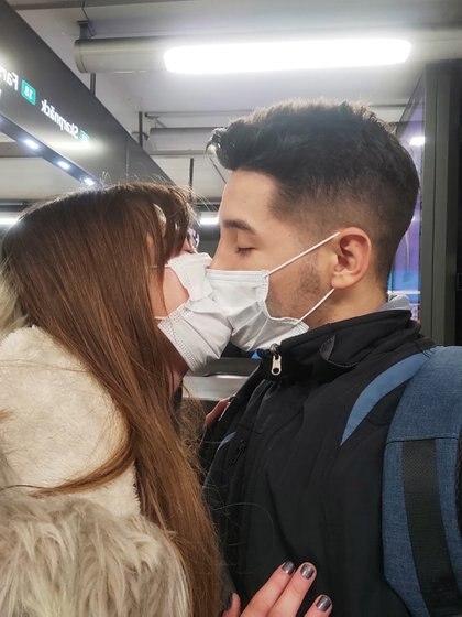 Antonella y su novio cordobés, a quien conoció en un grupo de viajeros de WhatsApp