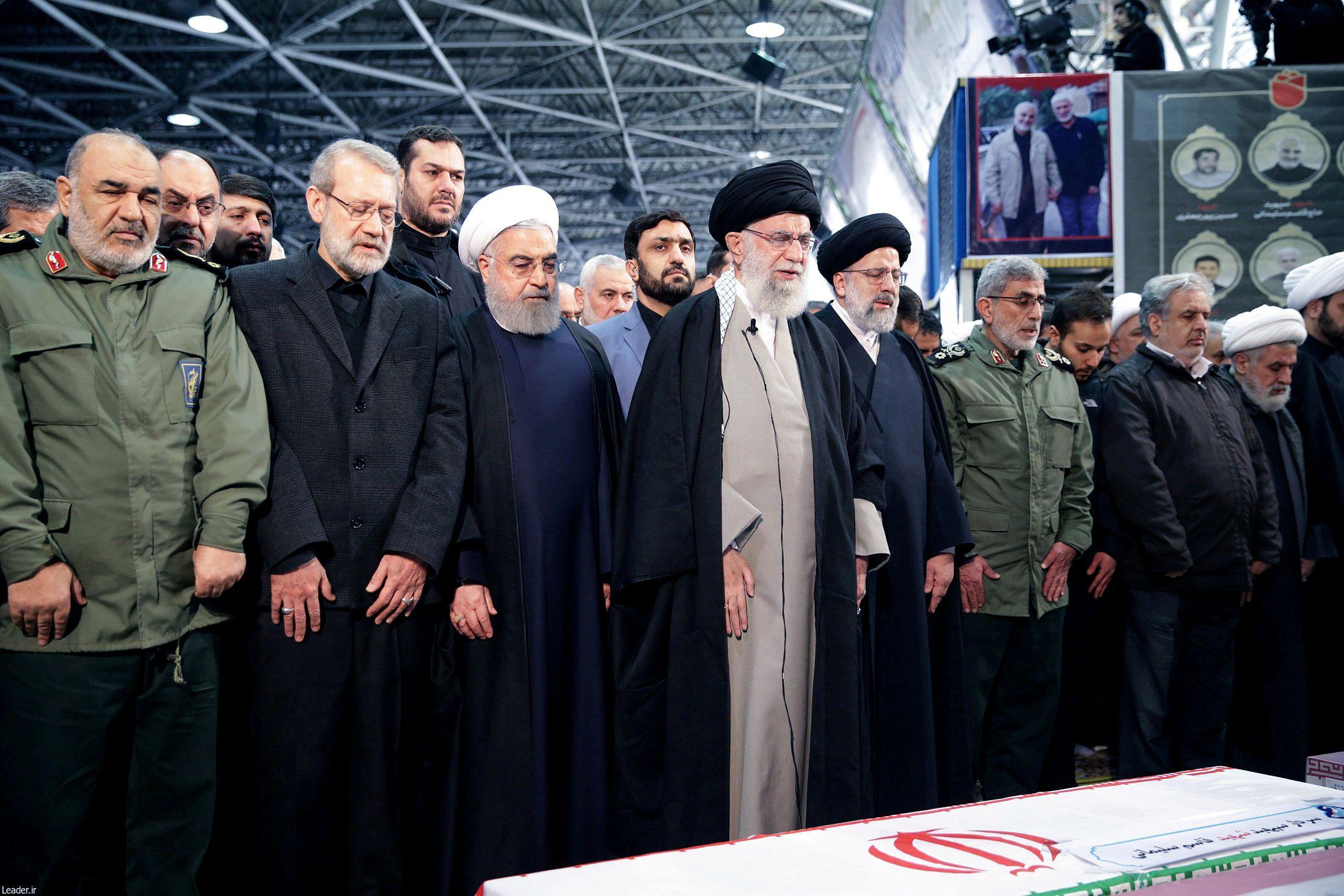 Rohani junto al líder supremo de Irán, ayatolá Ali Khamenei, frente al ataúd que contiene los restos del general Qassem Soleimani (Reuters)