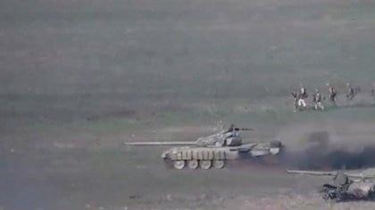 Imágenes difundidas por el Ministerio de Defensa armenio muestran a tanques azerbaiyanos en la región de Nagorno-Karabaj (Reuters)